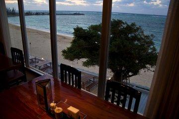 <p>โต๊ะที่ &quot;ชิจิฟุกุ&quot; ร้านอาหารญี่ปุ่น วิวเหนือชายหาด</p>