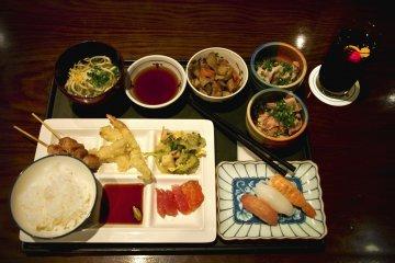 <p>อาหารมื้อค่ำที่ผมตักมา ณ&nbsp;ร้านอาหารญี่ปุ่น &quot;ชิจิฟุกุ&quot; ได้แก่ ซุชิ ซาชิมิ เทมปุระ โซบะ โงยะ (รวมมิตรผักขึ้นชื่อของโอกินาว่า) ข้าว หมูย่างเสียบ ชาบู-ชาบูเนื้อวัวและเนื้อหมู กับโค้กพร้อมเชอร์รี่และมะนาว</p>