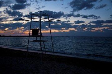 <p>พระอาทิตย์ลาลับที่ชายหาดของโรงแรมนั้นตราตรึงมาก</p>