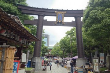 <p>The Tomioka&nbsp;Hachimangu Shrine entrance, walking&nbsp;distance from Monzen-Nakacho Station</p>