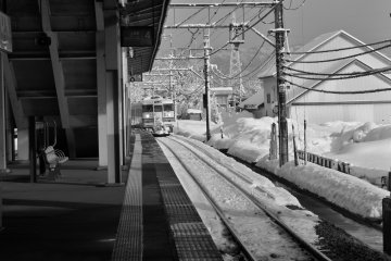 <p>A JR Joetsu&nbsp;line train arrives at&nbsp;Urasa Station with snow all around. Get&nbsp;into the cozy train and it will wind through some of the most beautiful landscapes and give you great&nbsp;views of Niigata&#39;s snow country.</p>