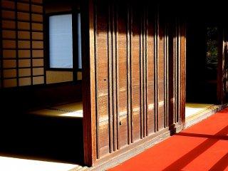 Hành lang bên ngoài và các căn phòng có một chút gì đó kết nối với nhau