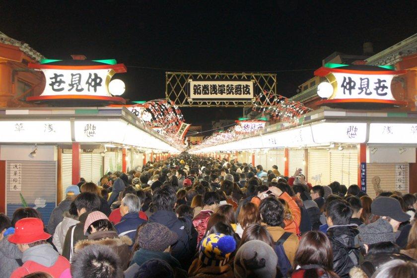 새해 첫 신사참배는 하츠모데라고 불리며 일본 전역의 주요 지역에서 군중을 끌어모으고 아사쿠사는 도쿄에서 가장 유명한 장소 중 하나이다