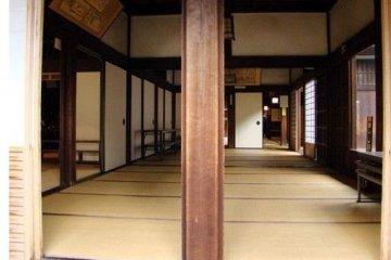 <p>宽敞的榻榻米和回廊</p>