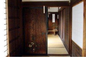 透过古老的门饰依稀能看到历史的影子