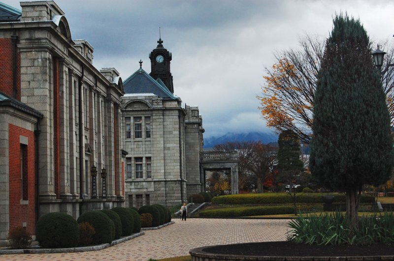 <p>The scenic English Renaissance building and its&nbsp;beautiful garden</p>