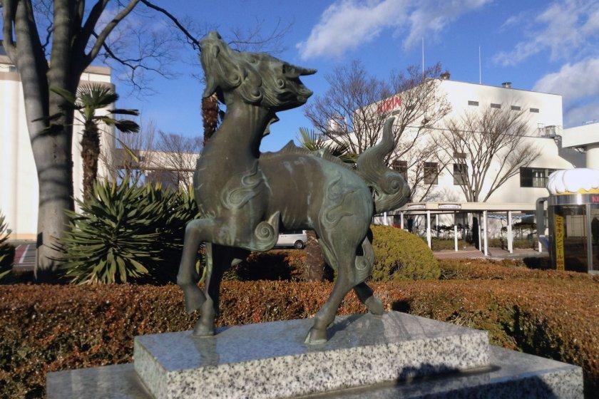 """รูปปั้น """"คิริน""""สัตว์ในตำนานที่ถูกนำมาตั้งเป็นชื่อบริษัท ตรงสวนด้านหน้า"""