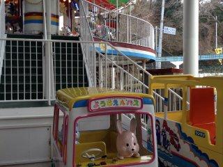 Uma grande área de lazer para crianças inclui várias atrações pagas e um carrossel