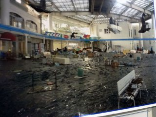 Uma imagem da praça principal devastada onde o tsunami embateu