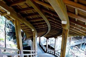 臥龍廊は緩やかな曲線を描いて、開山堂へと続く