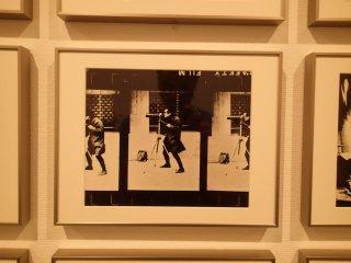 """(Bức ảnh chụp một bức ảnh về một người đàn ông đang chụp ảnh) chi tiết về bức tranh """"Rạp hát"""" của Daido Moriyama"""