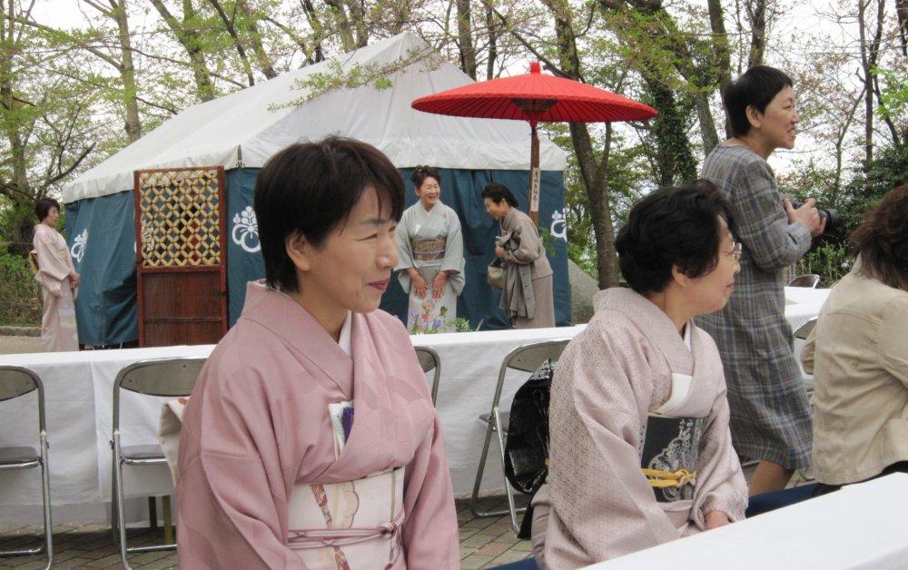楽しそうにお茶と茶菓子が運ばれるのを待つ客たち