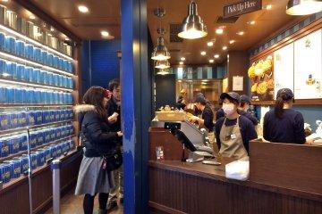 <p>Entering Garrett Popcorn Shops in Harajuku.</p>