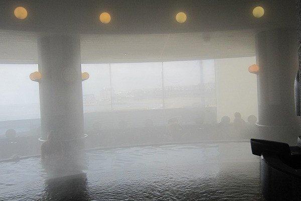 昼頃で客がほとんどいなかったので撮影した。湯煙越しに浜辺が見える