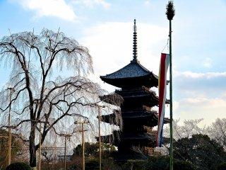 Silhueta do pagode de cinco andares de cores escuras emergindo ainda antes do crepúsculo