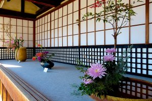 Exposição de Ikebana antes de entrar no templo