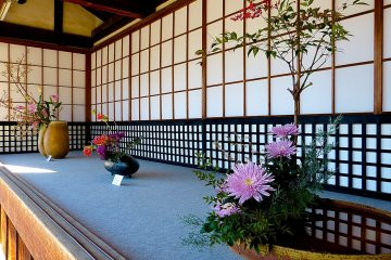 <p>Ikebana display before entering the temple</p>