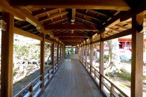 Belo e longo corredor