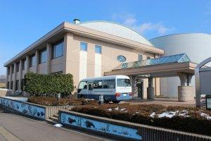 福井県内水面総合センター外観。この左手に養魚棟がある