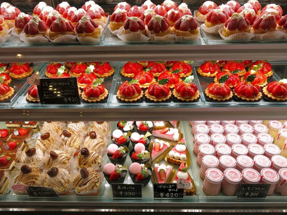 Боже мой! Рай клубничных десертов в сувенирной лавке фермы Ичиго Но Сато в префектуре Точиги. Обязательно загляните после сбора клубники
