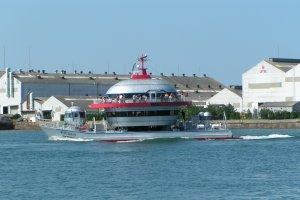 関門海峡をクルーズする遊覧船
