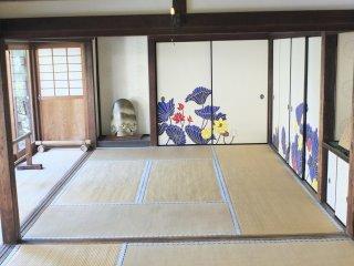 寺院には広く開け放たれた畳敷きの部屋が数多くあり、蓮の花の美しいモチーフで飾られている