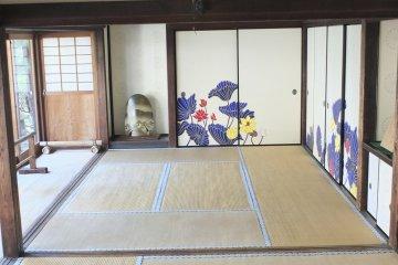 이 절에는 이렇게 넓게 펼쳐진 다다미 방이 많은데, 놀라울 정도로 아름다운 연꽃무늬가 장식되어 있다