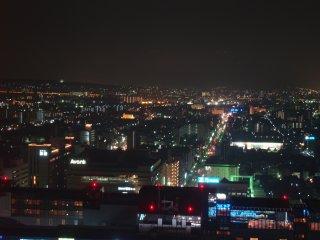 Cảnh quan về đêm cũng đẹp như nhau; nó thực sự là cái nhìn toàn cảnh duy nhất bạn có thể có ở Kyoto.