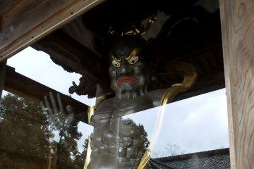 혼코쿠지의 두 번째 문은 양쪽에 무서운 수호신들이 있다. 그것들은 모두 빛나는 금색이었으나, 내가 지난번에 방문했을 때는 색칠해져 있었다