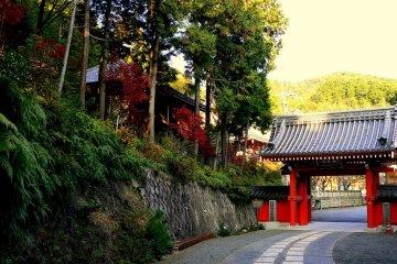 혼코쿠지에는 두 개의 문이 있다. 첫번째는 빨간색이다