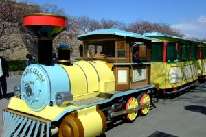 Osakajo Park Tram บริการรถรางสำหรับชมสวนรอบปราสาทโอซาก้า