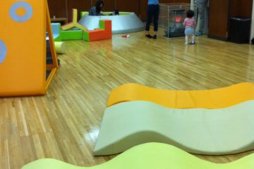 <p>There are toddler-specific&nbsp;building blocks and&nbsp;mats available, as well as another books&#39; corner.</p>