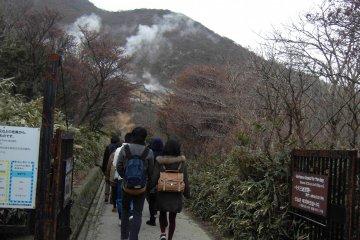 <p>ทางเดินขึ้นเขาเพื่อไปชมบ่อน้ำแร่กำมะถัน</p>