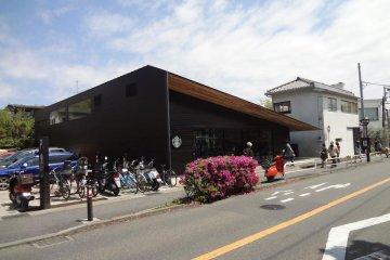 从车站步行约两分钟,纪之国屋超市的后方,市公所的对面。