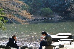 留学生達がリラックスして昼休みを楽しむ三四郎池