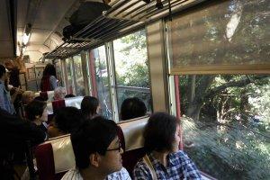 ภาพภายในรถไฟระหว่างเดินทางผ่านภูเขา