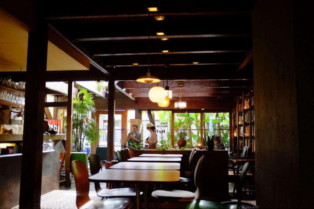 Bên trong quán với không gian ấm cúng cùng với nội thất bằng gỗ được trang trí theo phong cách cổ điển