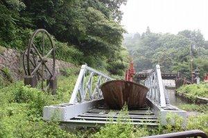 インクライン。このレールと台車で船を疏水から鴨川に渡した