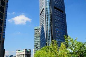 พาร์ค โฮเต็ล โตเกียว ที่อยู่ใน ชิโอะโดม (สถานีชินบาชิ) ซึ่งมีตึกระฟ้าในกรุงโตเกียวมากมาย