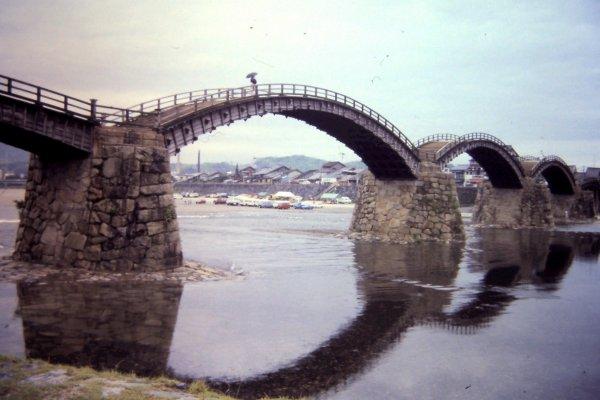 สะพานคินทาอิ เป็นสะพาน 5 โค้ง