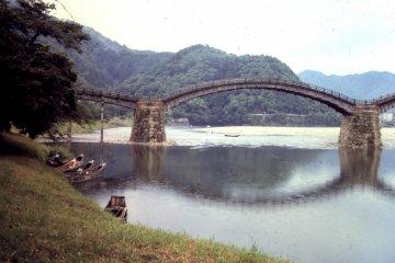 Мост был построен на самом красивом изгибе реки посреди великолепной природы: гор, ручьев и деревьев, больших и маленьких.