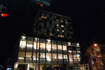 <p>The Claska&nbsp;Hotel at night</p>