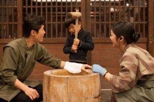 การทำเค้กข้าว 'Mochi Tsuki' พวกเขาจะมีค้อนไม้หลายขนาดสำหรับผู้ใหญ่และเด็ก