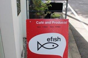 efishのかわいい看板。赤と黒ネコがひときわ目を引く