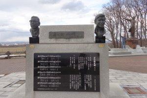 รูปปั้นของคุระโนะสุเกะ ฮามากูชิ และยูจิโร่ อิชิฮาระ ผู้แต่งและผู้ขับร้องเพลงKoi no Machi Sapporo