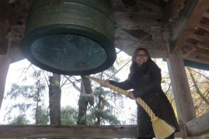 Vero rings the bell at Shingu Kumano Shrine
