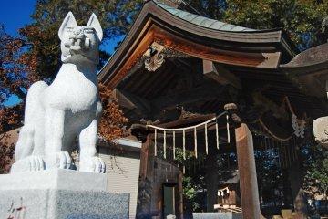 <p>Kitsune statue at&nbsp;Okegawa Inari shrine</p>