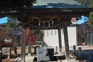 <p><em>Choyuza,</em>&nbsp;or purification font, in Okegawa Inari shrine</p>