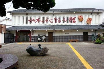 <p>ด้านหน้าทางเข้าพิพิธภัณฑ์มิซุกิ ชิเกะรุ</p>