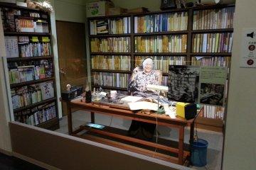 <p>ผู้เขียนแขนเดียววัย 91 ปี ยังคงเท่ห์สง่าบนโต๊ะทำงานของท่าน</p>